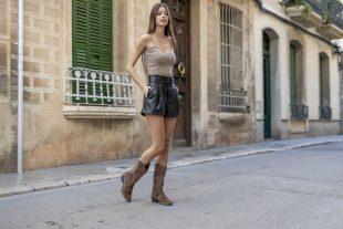 Adriana Casas con bota cowboy Alessandro Simoni
